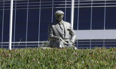 Estatua de Atatürk en reflexing mode, (Kusadasi, Aydin).