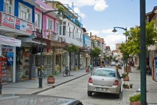 Las calles de Çesme están tranquilas la mayor parte del año, pero en verano los turistas se apoderan de ellas.