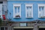 Las fachadas de la calle principal en general están bien mantenidas y decoradas a la espera de los turistas.