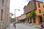 Los balcones y fachadas de la calle principal de la ciudad son un reflejo de lo que la arquitectura de ciudad alguna vez fue.
