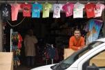 El vendedor de ropa infantil, infraganti mientras vichaba el vecindario.
