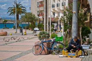 El lustrabotas en la plaza central de Çesme, que une la rambla con la calle principal.