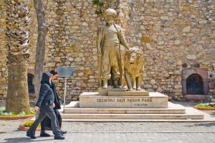 El monumento de Hasan Pasa es un ícono de la ciudad y todo turista que pasa por allí se saca una foto con la mascota.