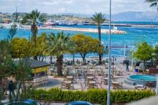 Sobre el mar, están ubicados muchos cafés y tiendas de ropa.