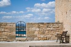 El castillo tiene vista al mar, ya que está junto a la plaza principal de la ciudad, que une el puerto con el centro.