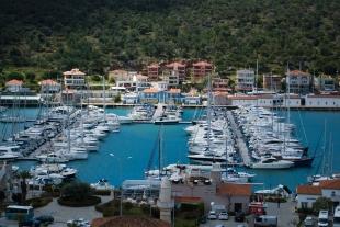 """El muelle de la ciudad se llama """"Çesme Marina"""" y es uno de los puntos más turísticos de la ciudad además de sus playas. Allí se encuentras tiendas de ropa, cafés y restaurantes."""