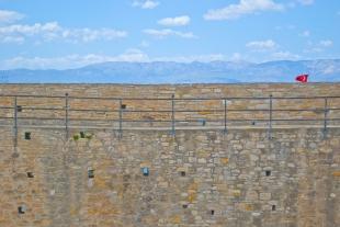 Sobre la muralla del castillo de Çesme se puede ver el paisaje montañoso que lo rodea.