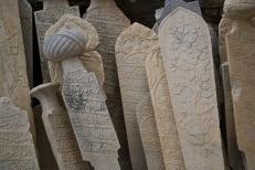 Dentro del castillo hay innumerables piedras con leyendas de la época otomana.