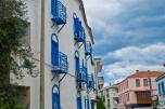 La fachada disfrazada de casita griega.