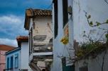 A pesar de que muchas de las casas antiguas están restauradas y mantenidas, en los alrededores del centro hay muchas otras casas de madera a punto de derrumbarse.