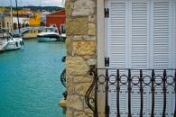 En Çesme Marina están los puntos más exclusivos y comerciales de la ciudad. Los locales y restaurantes parecen querer flotar en el agua.