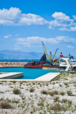 El muelle de la ciudad no solo recibe yates, sino que también tiene lugar para la pesca y los ferrys.