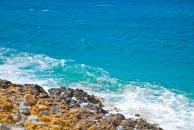 El azul del agua y el amarillo de las rocas forman un color increíble.