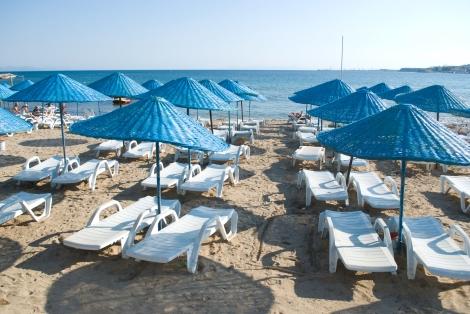 Las sillas vacías en la playa de Altinkum, señal de que Mayo todavía es temprano para hacer la temporada.