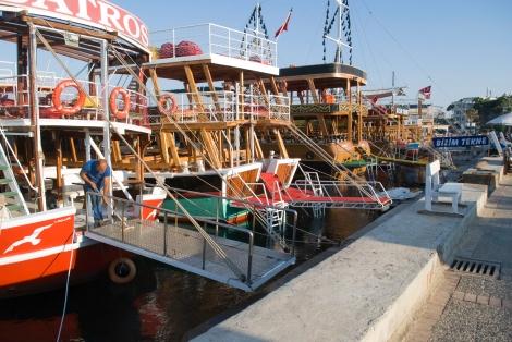 En la Marina-D están los barcos a la espera de turistas para realizar un viaje hacia el mar.