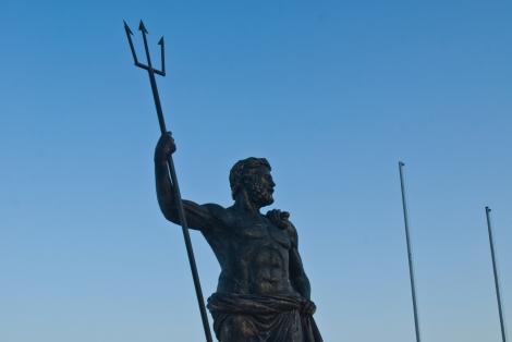 La estatua de Poseidón es un punto de referencia de la ciudad.