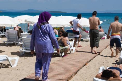 Así hacen las mujeres tapadas para entrar al mar.