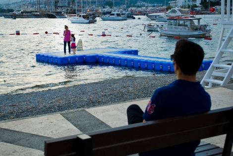 Como la arena en las playas del centro de la ciudad no es arena sino piedras, para entrar al agua hay que hacerlo desde unos muellecitos.