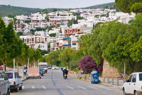 El paisaje de casitas blancas sobre las montañas es la identidad de la ciudad.