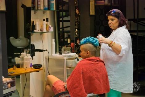 Una punk en una peluquería del centro de la ciudad probando un nuevo corte discreto.