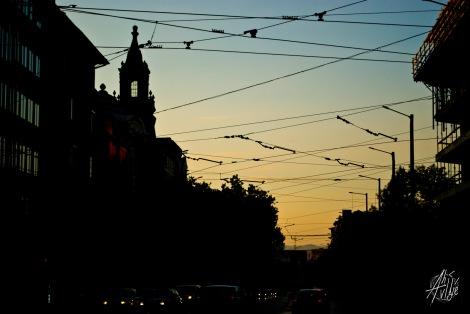 En el centro e la ciudad los cables de los trolleys y el tram decoran el cielo.