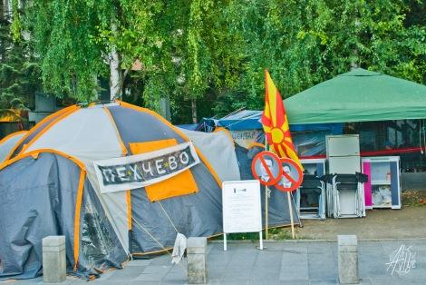 Campamento frente a la casa de gobierno.