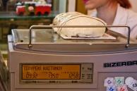 Todos los que pasaron por Salónica te dicen que no te podés ir sin comer tsuoreki (τσουρέκι en griego), que es como un budín super dulce típico de una panadería de la ciudad. No es nada del otro mundo pero vale la pena, y también los euros. El local se llama Terkenlis y está en la Plaza Aristóteles, aunque como buen McDonalds tiene otros locales en la ciudad.