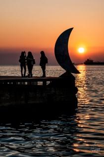 El paseo preferido de la gente de Salónica es el costero, que si hay lindo tiempo atrae a miles de personas a caminar, como los uruguayos pero en lugar de mate con el café abajo del brazo. Este paseo tiene un parecido increíble con el de Esmirna, su versión turca del otro lado del Egeo.