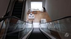 El edificio de la biblioteca central de Ámsterdam es enorme, tiene varios pisos y una linda vista a la ciudad. La misma vista también se puede ver desde el techo del NEMO (museo de ciencias) que es un parque terraza. Pero en la biblioteca también tienen los diarios del día de todo el mundo para leer y un catálogo inmenso de libros.