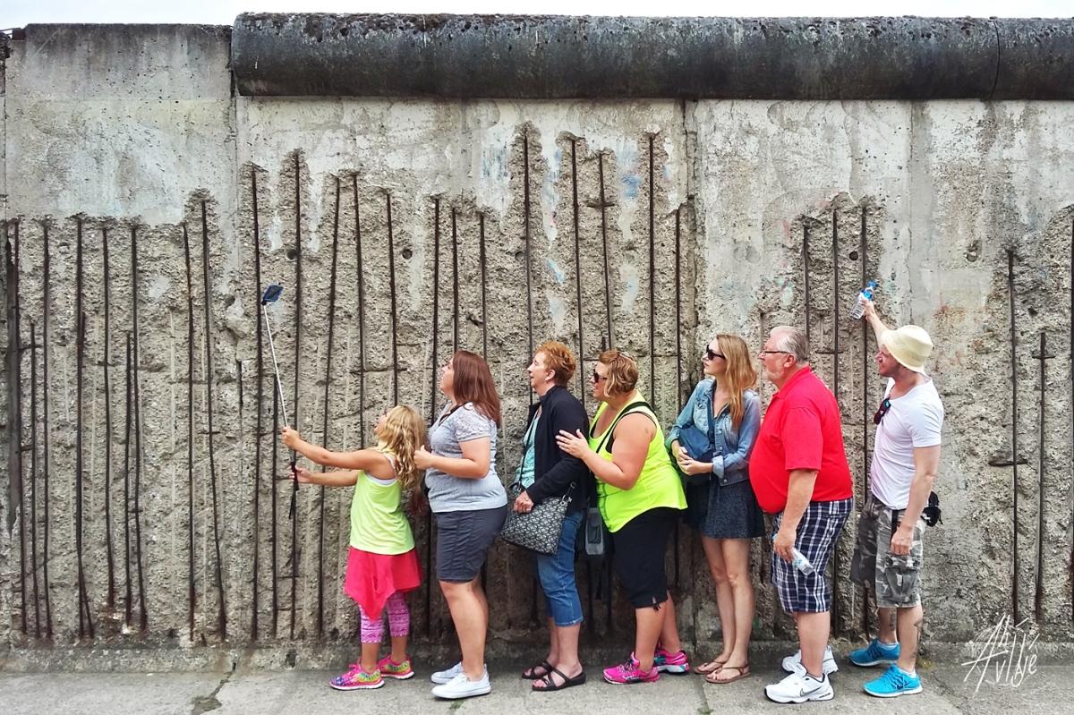Selfie en el muro de Berlin