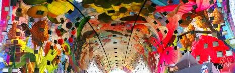 El techo interior del Markthal tiene una colorida obra de arte de Arno Coenenque impacta por su tamaño