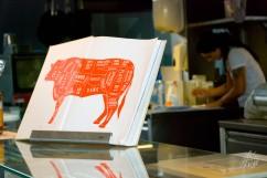 En el mercado central hay todo tipo de comida típica, y las vacas no se salvan.