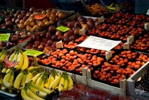 La fruta a precios populares en el mercado central.