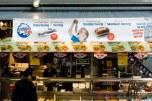 Uno de lo platos típicos callejeros de Holanda (por no decir el único) es una especie de pescado crudo. De todos modos me parece que la elección de la foto para el cartel no fue la mejor, porque el niño ese va a morir atragantado.