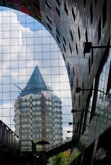 Otro de los edificios icónicos de la ciudad es el lápiz, que se puede ver desde dentro del Mercado central por una de sus paredes de cristal.