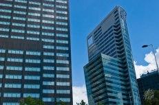 Los edificios de cristal tienen diferentes formas y colores, y compiten por ver cuál es el más alto, vidriado y minimalista de la ciudad.