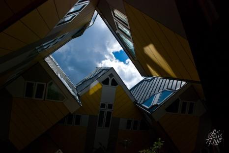 Las formas geométricas de las casas forman sombras y reflejos que lo sitúan a uno en una especie de pasadizo.