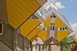 Es un complejo de viviendas que tiene forman forma de cubos torcidos, y pintados con un amarillo cremita que no las favorece.