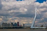 Llamado Erasmus no por los jóvenes que van a enfiestarse al extranjero diciendo que van a estudiar sino por el filósofo que nació en esta ciudad holandesa. El puente tiene forma de cisne y conecta la parte sur con la parte norte de la ciudad.