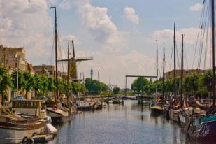 Delfshaven fue alguna vez la salida al mar de una de las ciudades cercanas a Rotterdam. Pero en realidad están tan cerca que hoy ese puerto es un barrio de la ciudad de Rotterdam propiamente dicha.