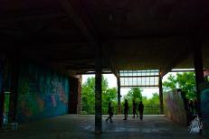Visitando la galería dentro del edificio, que son básicamente muros que no llegan al techo utilizados para hacer murales.