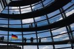 La bandera de Alemania y de la Unión Europea flamea en la fachada del parlamento alemán.
