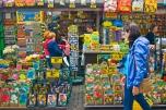 En el flower market venden de todo menos flowers. Desmorrugadores, souvenires, banderas de Holanda y fotos de la reina. Pero flores, solo unos tulipanes de madera. Las tiendas del flower market están flotando sobre un canal y es una zona para turistas.
