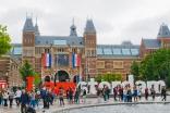 Iamsterdam es el cartel más icónico de la ciudad (¿por qué un cartel iba a ser icónico?). Está ubicado justo detrás del Museo Nacional, el Reijksmuseum, que es el que aparece en la foto con banderas francesas debido a un evento que se estaba realizando en esos días.