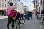 La gente en Ámsterdam tiene diferentes looks y uno encuentra todo tipo de gente. Incluso señores que combinan sus prendas con las flores de ocasión.