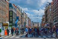 Las calles de Ámsterdam son angostas, y en general están repletas de bicis, estacionadas o en marcha, que amenazan la integridad de los transeúntes.