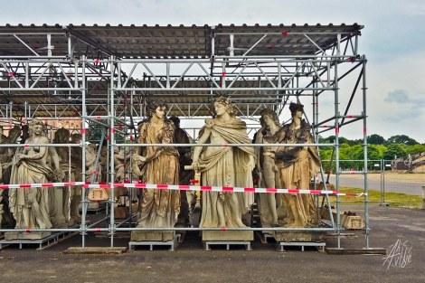 Estatuas enjauladas