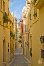 """Victoria es el nombre del pueblo """"capital"""" de Gozo, el centro de la isla. Esta es una de las callecitas de este centro urbano, con las típicas casas color crema."""
