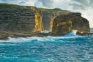 En esta bahía también hay acantilados que resisten la fuerza del mar.
