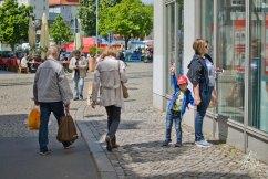 Niño paseando a la madre